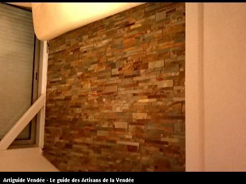 Pose mur de pierre naturelle dans véranda